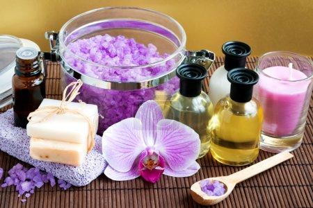 Photo pour Composition de spa avec sel, savon, bouteilles et rose orchidée - image libre de droit