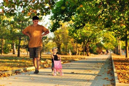 Photo pour Père marche avec son bébé fille dans le parc - image libre de droit