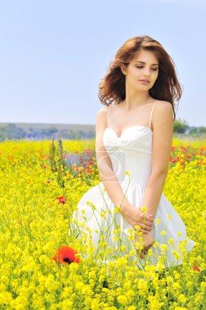 Foto de Chica que llevaba un vestido blanco de pie en el campo - Imagen libre de derechos