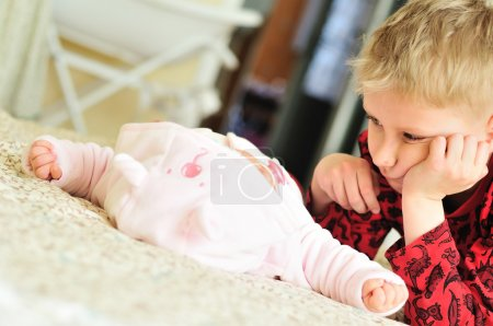Photo pour Première rencontre du petit garçon et de la sœur nouveau-née - image libre de droit