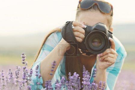 Foto de Mujer con cámara en el campo - Imagen libre de derechos