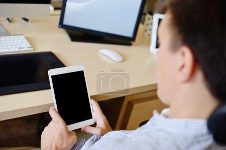 Photo pour Homme au bureau avec tablette - image libre de droit
