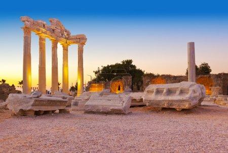 Photo pour Vieilles ruines à side, Turquie, au coucher du soleil - fond de l'archéologie - image libre de droit