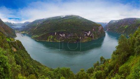 Photo pour Panorama de geiranger fjord norway - nature et fond de voyage - image libre de droit