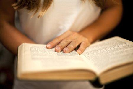Photo pour Les mains féminines tenant livre ouvert - image libre de droit