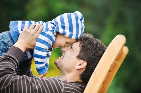 Photo pour Père avec son fils dans un parc - image libre de droit