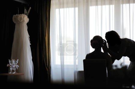silhouettes d'une épouse et une maquilleuse