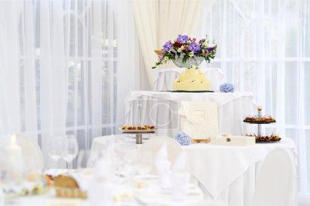 Photo pour Gâteau de mariage jaune fantaisie - image libre de droit