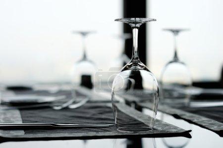 Photo pour Trois verres de vin sur une table - image libre de droit