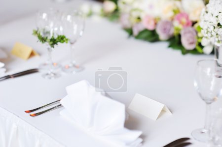 Photo pour Carte de place vide sur la table pour une fête - image libre de droit
