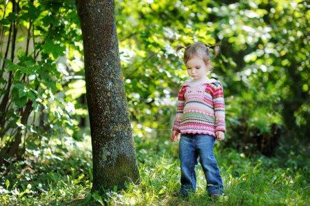 Photo pour Adorable bambin dans parc automne précoce - image libre de droit