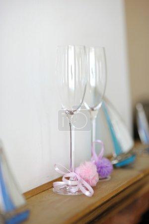 Photo pour Deux verres de décoration de mariage sur une étagère - image libre de droit