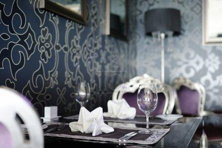 Photo pour Quelques verres de vin sur une table - image libre de droit