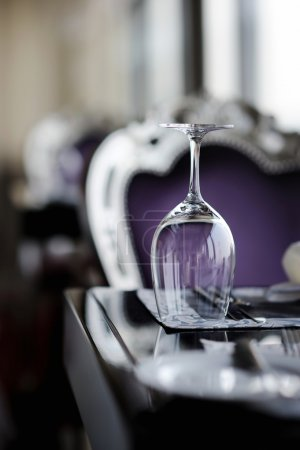 Photo pour Un verre de vin sur une table - image libre de droit