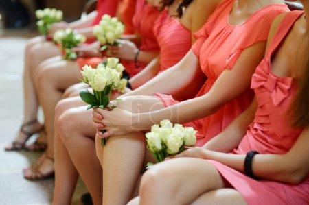 Foto de Fila de damas de honor con Ramos de flores en la ceremonia de boda - Imagen libre de derechos