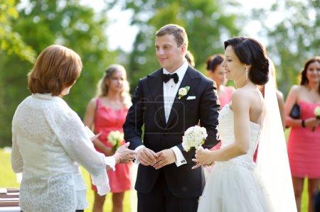 Foto de Invitados a la boda tostado novio y la novia feliz - Imagen libre de derechos