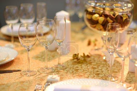 Photo pour Table dressée pour une partie de l'événement ou de la réception de mariage - image libre de droit