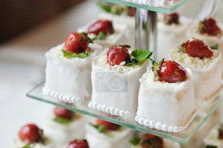 Photo pour Délicieux gâteau de mariage fantaisie fait de cupcakes aux fraises - image libre de droit