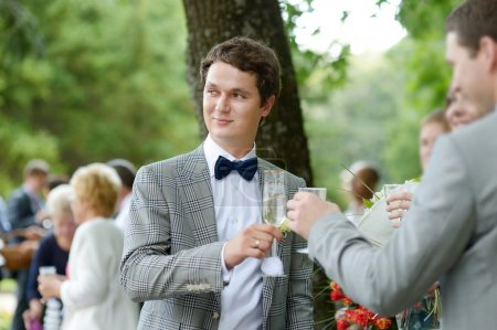 Photo pour Invités de mariage marié et la mariée heureuse de grillage - image libre de droit