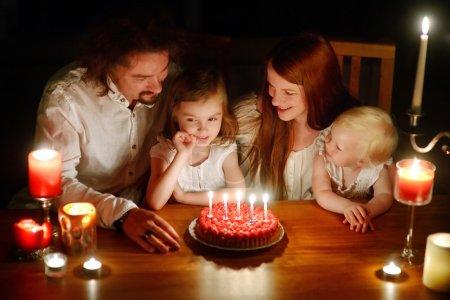 Photo pour Joyeux famille célébrant le cinquième anniversaire de leur fille - image libre de droit