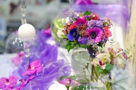 Photo pour Belles fleurs violettes comme décoration de table au mariage - image libre de droit