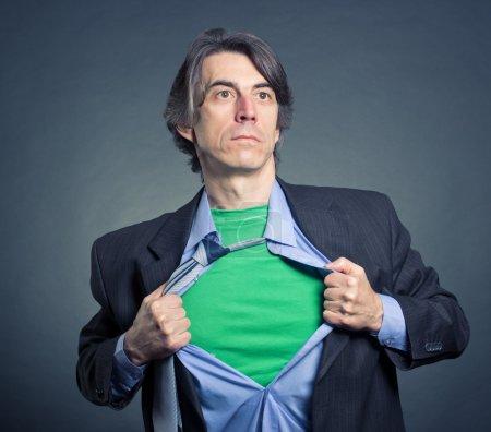 Photo pour Superhéros, jeune homme d'affaires déchirant sa chemise - image libre de droit