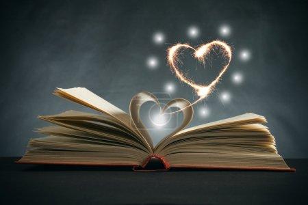 Photo pour Pages d'un livre incurvées en forme de coeur - image libre de droit