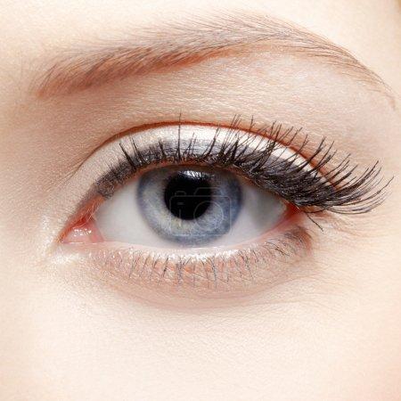 Photo pour Portrait en gros plan du maquillage de la zone des yeux de la jeune femme - image libre de droit
