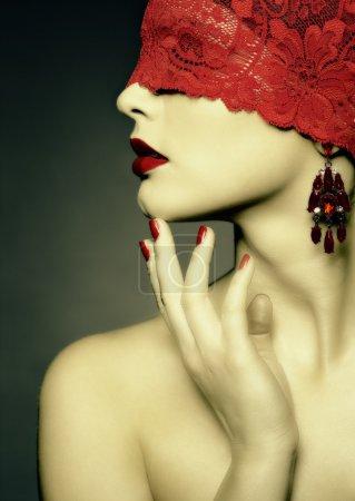 Photo pour Rétro sépia portrait de jeune belle femme avec ruban de dentelle rouge sur les yeux - image libre de droit