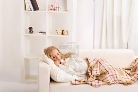 Photo pour Beauté fille dormir sur le canapé - image libre de droit
