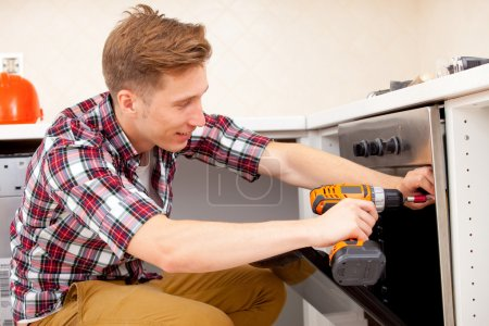 worker installs a electric cooker