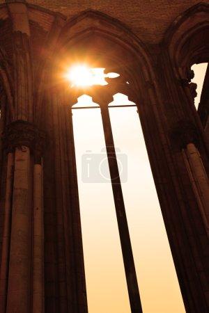 Photo pour Vieille fenêtre gothique d'une église et lumière du soleil - image libre de droit