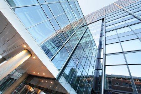 Foto de Edificio de oficinas de cerca - Imagen libre de derechos
