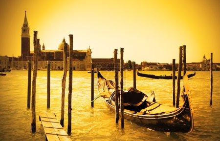 Photo pour Gondole près et église de san giorgio di maggiore dans le fond, Venise, Italie - image libre de droit
