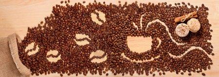 Photo pour Grains de café et macarons sur fond bois - image libre de droit