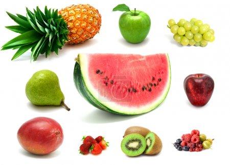 Photo pour Beaucoup de fruits frais délicieux et des baies sur fond blanc - image libre de droit