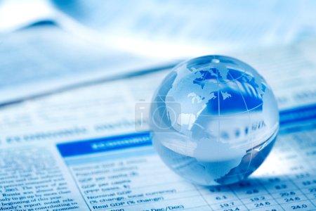 Photo pour Globe en verre sur table d'affaires - image libre de droit