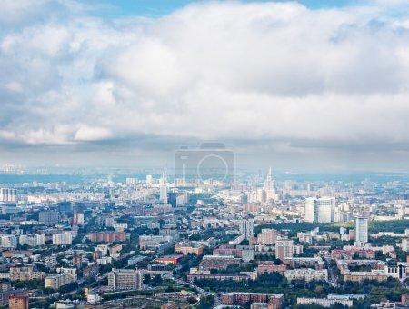Photo pour Vue ci-dessus Moscou paysage urbain et nuages bleus - image libre de droit