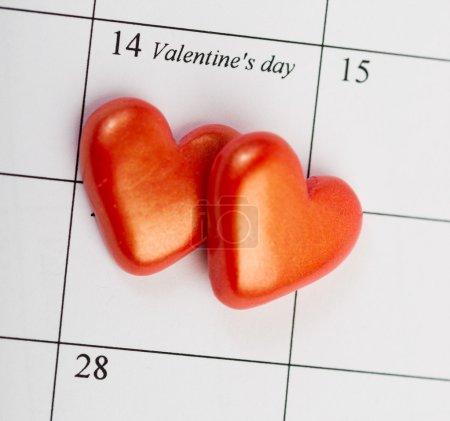 Página del calendario con los corazones rojos el 14 de febrero de San Valento