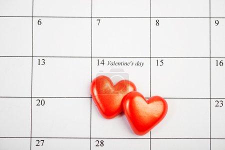 Página del calendario con los corazones rojos el 14 de febrero de San Valentín