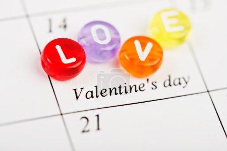Página del calendario con AMOR el 14 de febrero del día de San Valentín .