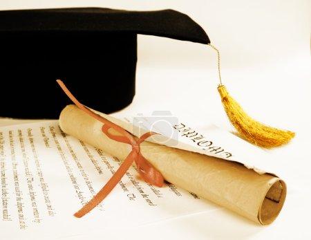 Photo pour Chapeau et diplôme de fin d'études - image libre de droit