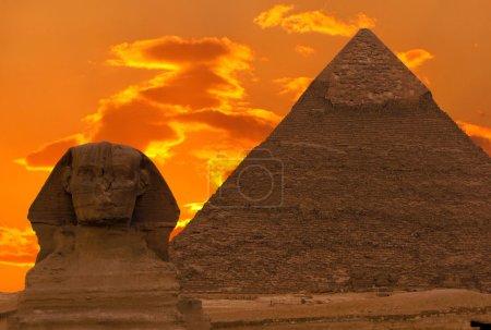 Photo pour Le sphinx et la grande pyramide, Égypte - image libre de droit