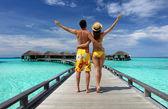 Paar auf einer Strand-Anlegestelle in Malediven