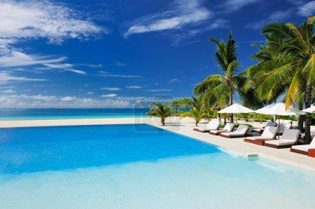 Photo pour Piscine de luxe dans l'hôtel tropical - image libre de droit
