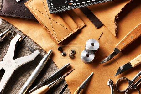 Photo pour Cuir artisanat outils nature morte - image libre de droit