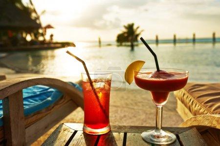 Photo pour Cocktails près de la piscine - image libre de droit