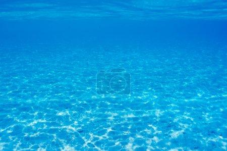 Photo pour Un fond de sable blanc en eau claire aux Maldives - image libre de droit