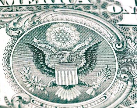 Photo pour Aigle avec un billet d'un dollar. Symbole de l'indépendance américaine - image libre de droit