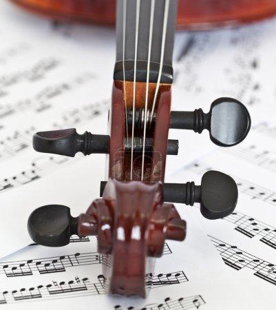 Photo pour Touche de violon sur fond de notes - image libre de droit